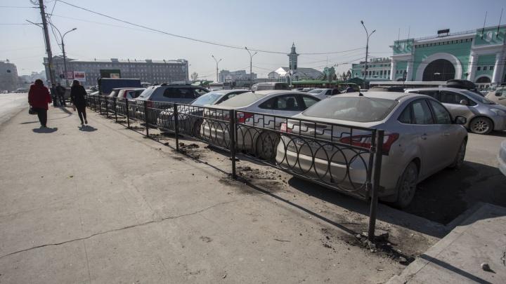 На вокзале Новосибирск-Главный начали огораживать платную парковку