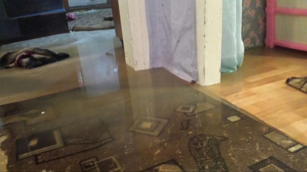 Талая вода залила полы в доме рядом с новостройкой (фото)