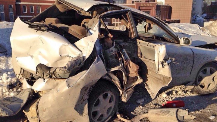 «Тойота» попала в жесткую аварию с рекламным щитом в центре Новосибирска