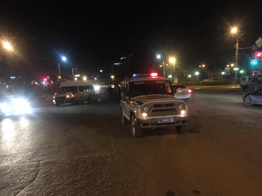 Вцентре Омска маршрутка устроила ДТП с 2-мя легковушками навстречке
