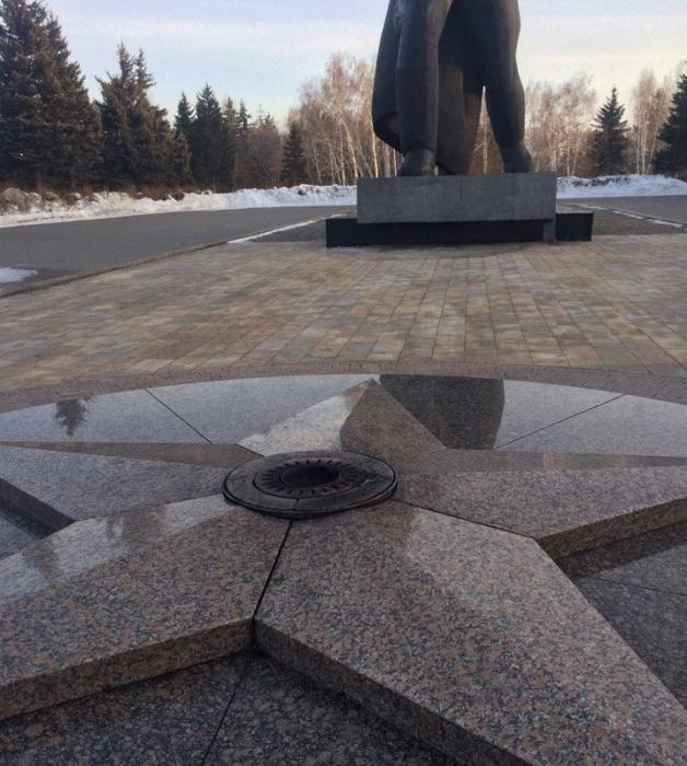 Вечный огонь в парк Победы привезли из Москвы на самолете: у переносного устройства было отдельное место, его пристегивали ремнем.
