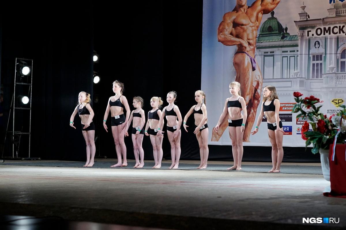 Бикини со стразами, рельефные мышцы и красный цвет победы: в Омске прошел Кубок по бодибилдингу (фоторепортаж)