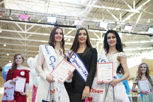 Дарья Тараненко (слева), «Мисс Офис 2015» (в центре) и Мария Долгополова (справа)<br>