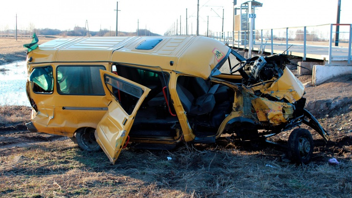 После аварии со школьным микроавтобусом в Омской области решено запретить перевозку детей в ливень и мороз