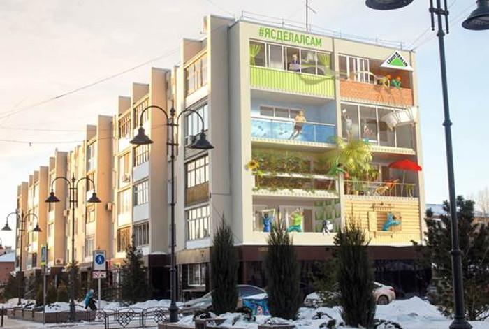 В Омске на стене дома нарисовали строителей, поднимающих ванну на 5-й этаж