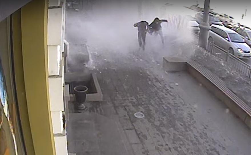 Пешеходов засыпало снегом наЛюбинском проспекте Омска повине бизнеса иадминистрации