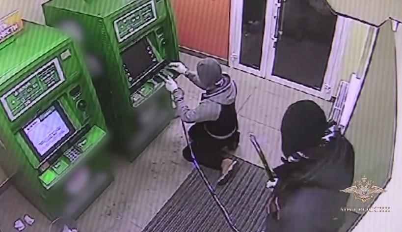 ВОмске пятеро преступников пытались подорвать два банкомата