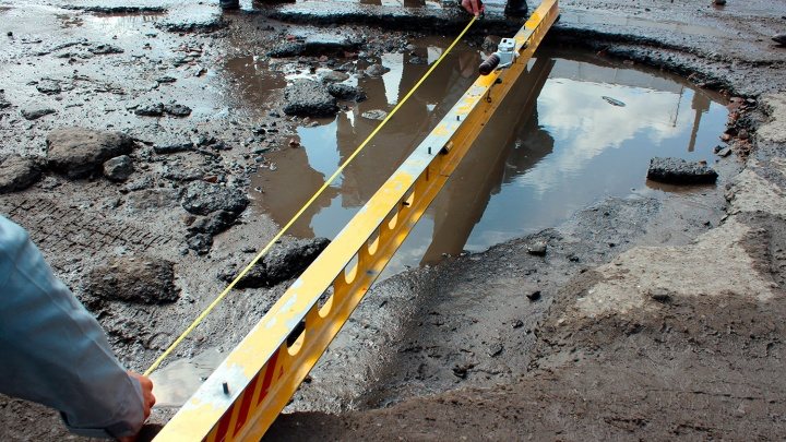 Рейд по «убитым» дорогам: в Омске нашли «волны» и 2,5-метровые ямы