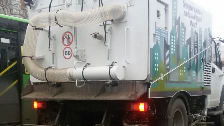 Из Кургана привезли 5 дорожных пылесосов с надписями «Сделаем чистым любимый город Омск!»