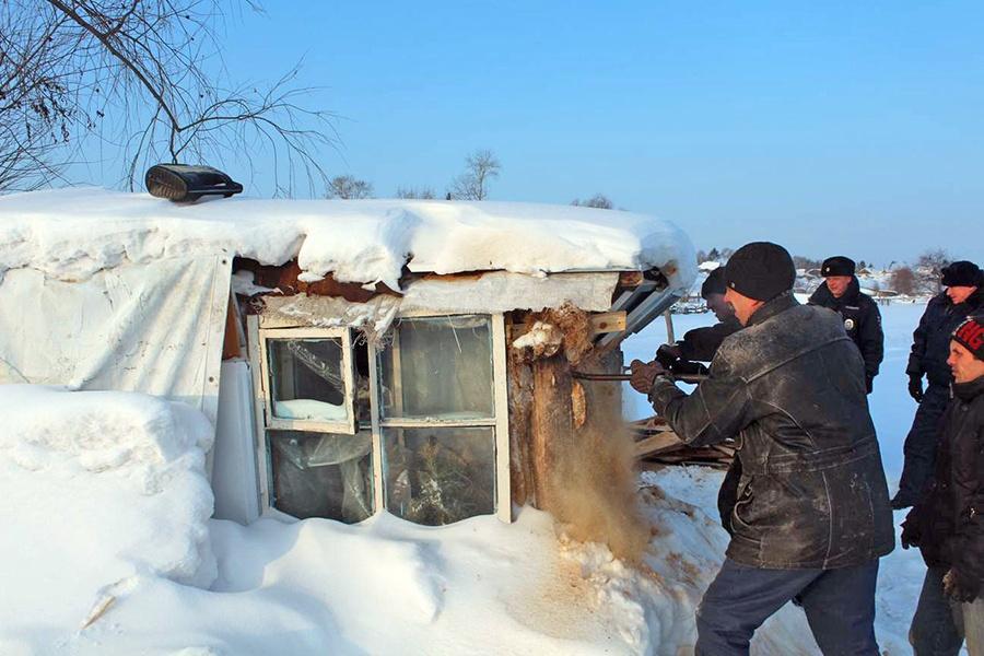 ВОмской области снесли сооружение, где дети выпивали икурили вместо уроков