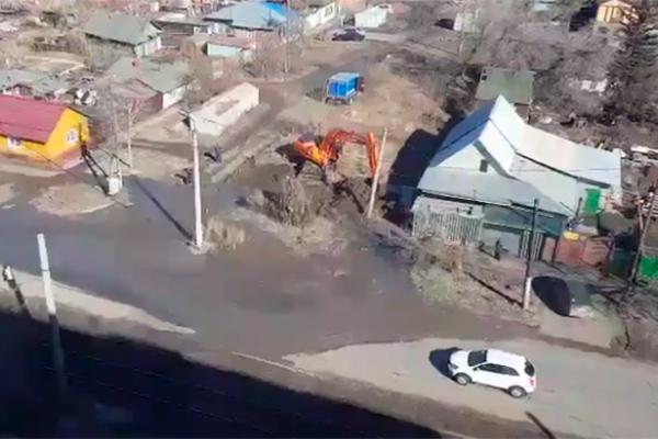 Наулице Лермонтова из-под земли вырвалась струя грязной воды вышиной впятиэтажку