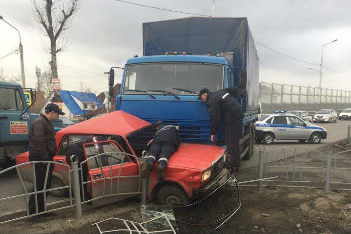Грузовой автомобиль наулице Демьяна Бедного вмял «семерку» вограждение