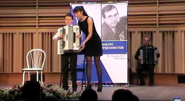 Музыканты из различных стран подарили слепому парню изОмска баян заполмиллиона