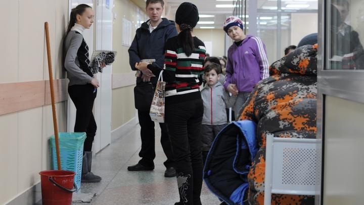 Жительницы левобережья пожаловались на очереди, которые занимают в детской поликлиникес 5 часов утра