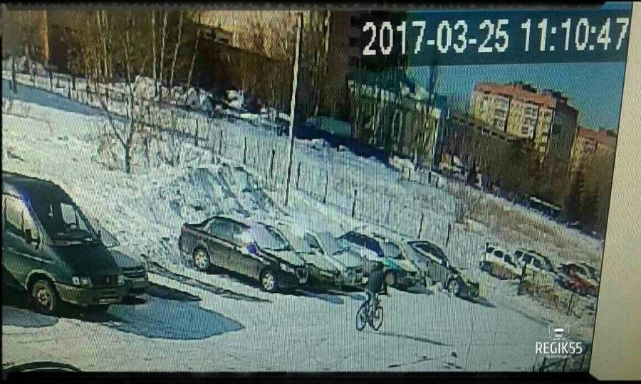 ВОмске неизвестный велосипедист поджег Mercedes S500