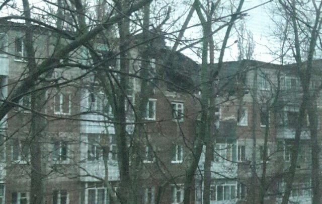 Разрушенный от взрыва дом в Таганроге ремонтируют под дождем