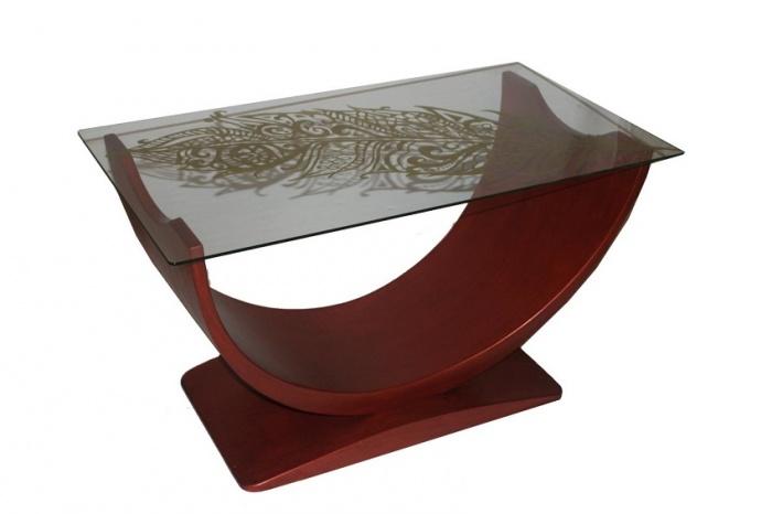 Стол с основой необычной формы выполненной из бука.