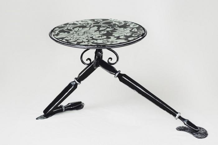 Стол декорирован сусальным серебром с основой, стилизованной под ноги балерины. Такой стол –произведение искусства и благородное украшение интерьера.