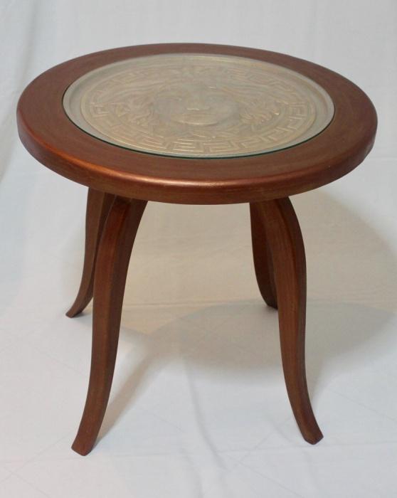 Стол с резьбой в виде логотипа «Версаче» изготовлен из массива бука.