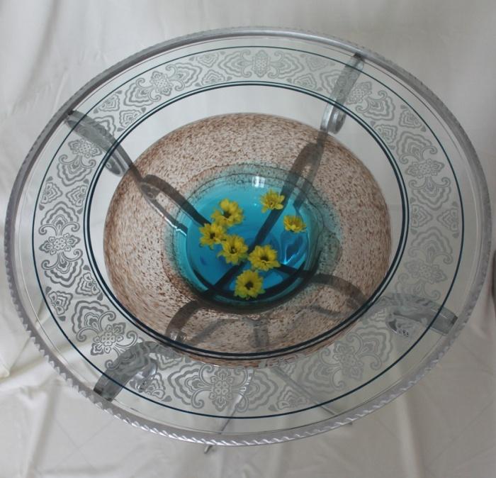 Стол с цветной стеклянной чашей под столешницей позволяет менять внешний вид столика разнообразным декором в зависимости от настроения.