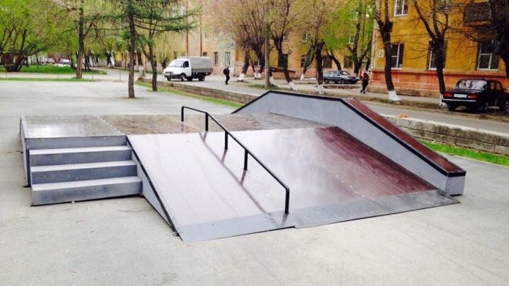 «Раньше они катались по мемориалу»: для челябинцев сделали новый скейт-парк