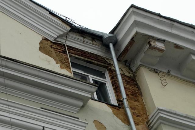 На фасаде сталинки в центре Челябинска заметны новые разрушения