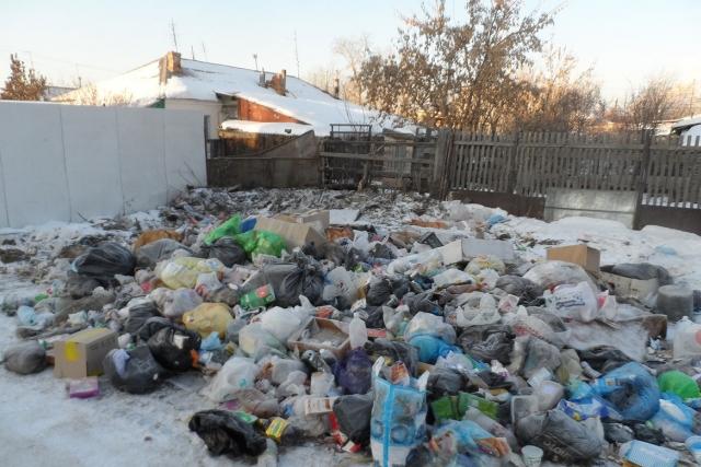 Жители вынуждены сваливать отходы на площадку, где раньше стоял мусорный контейнер
