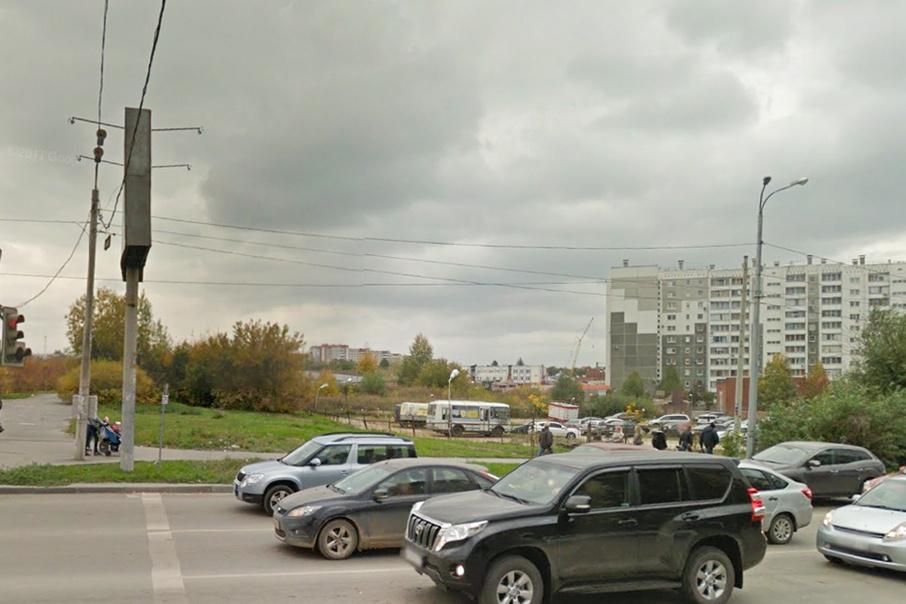 Сейчас на месте будущего торгового комплекса находится наземная автостоянка.