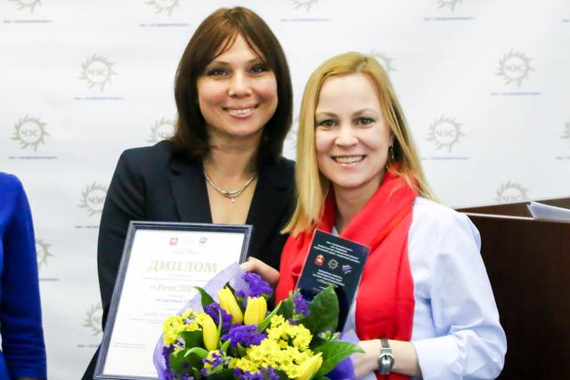 Редактор проекта «Недвижимость» на 74.ru Антонина Лопаева получила памятную статуэтку за лидерство в конкурсе PRоСВЕТ