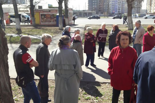 На защиту зеленых насаждений вышли около двух десятков жителей