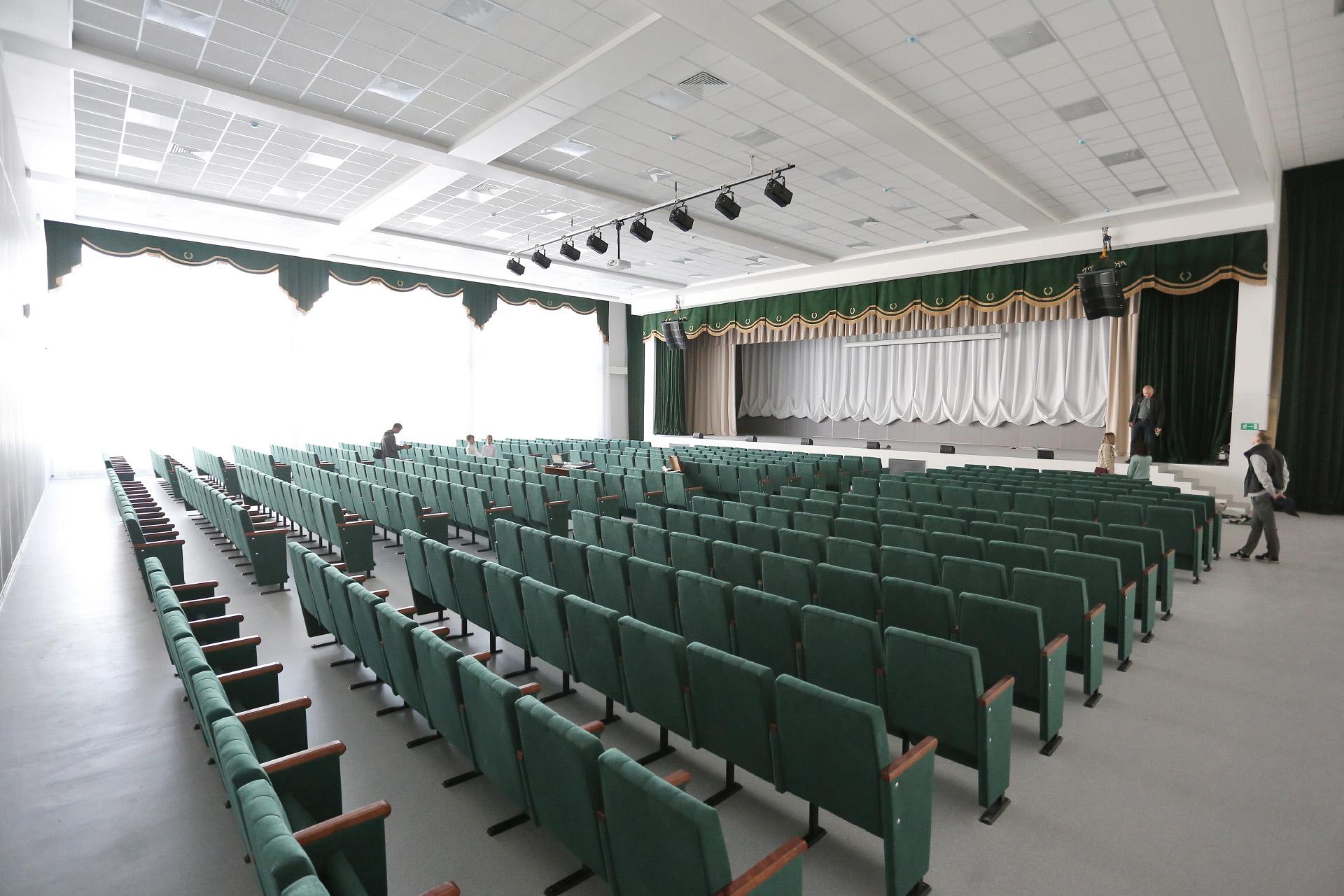Актовый зал начинён современным оборудованием