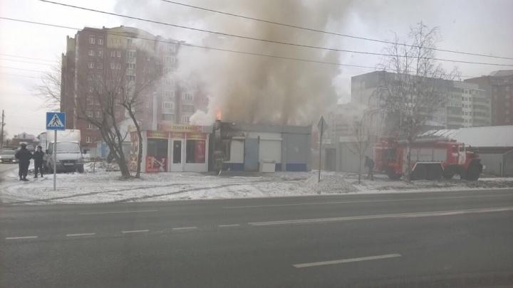 В Тюмени сгорел ларек с шаурмой