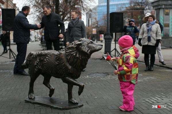 Бронзовая скульптура сразу приглянулась детям
