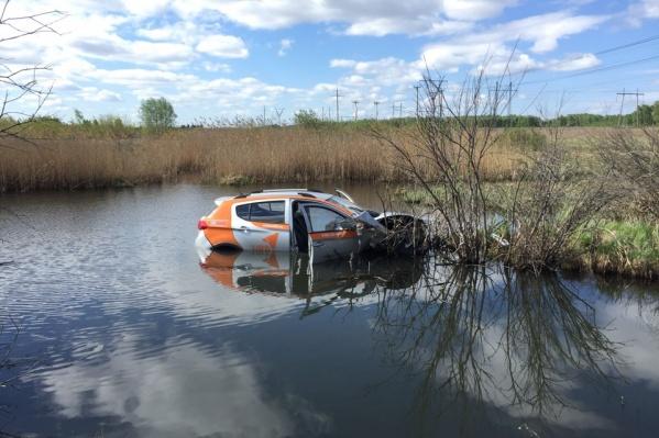 Машину, принадлежащую каршеринговой компании, заметили в речке в Сосновском районе