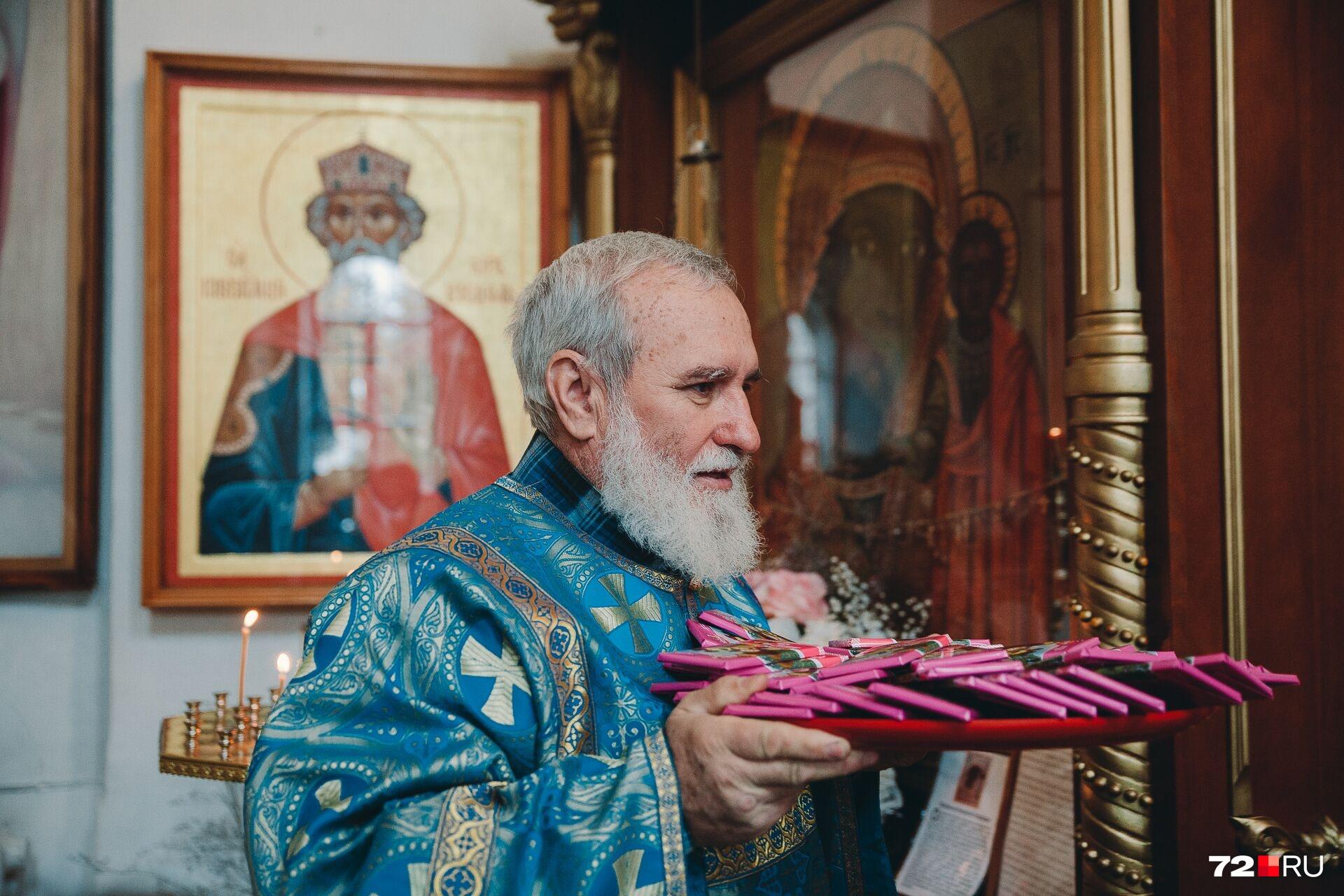 Шоколадные плитки достались всем после того, как ученики поцеловали крест и их окропляли святой водой