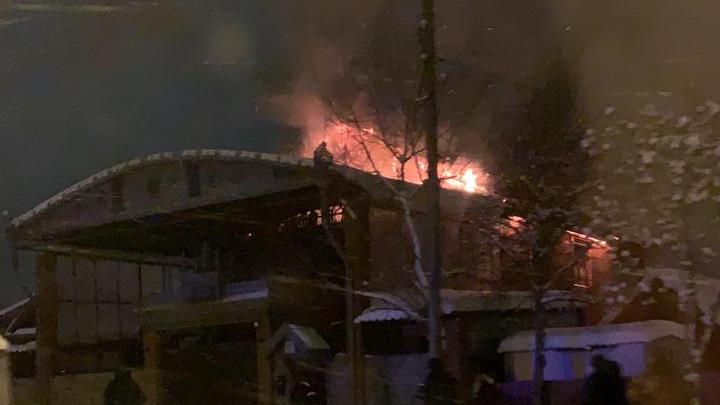 Был риск, что вспыхнут соседние здания: в посёлке Семь Ключей сгорел двухэтажный дом