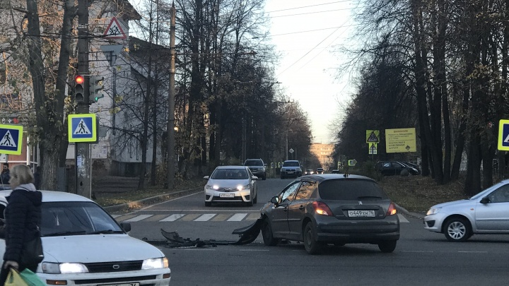 Разбились на повороте: «Пежо» снёс «девятку» в Ярославле