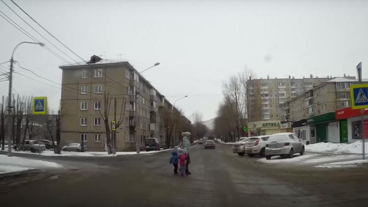 Водителя возмутила медленно переходящая дорогу мама с детьми