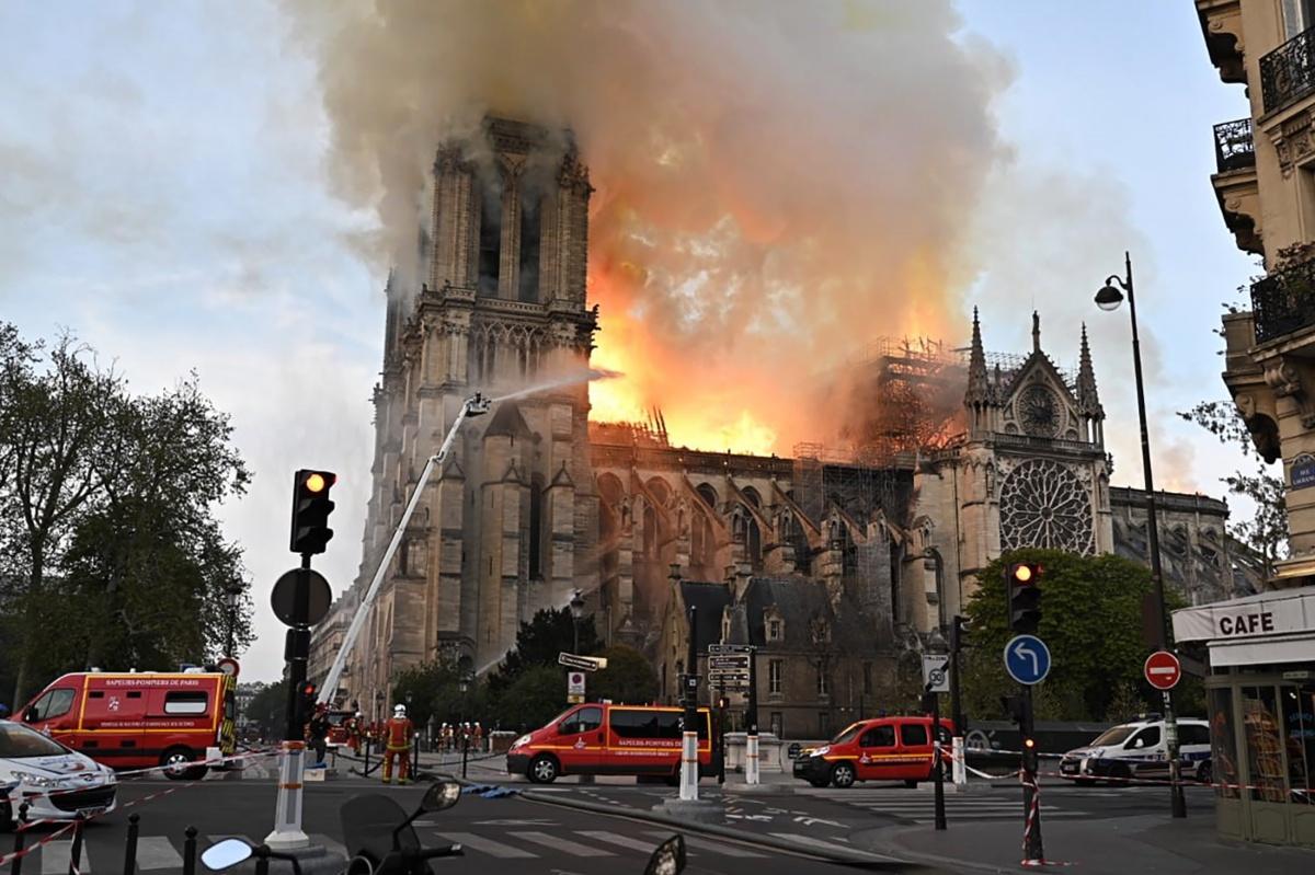 Прошлым вечером крыша собора загорелась