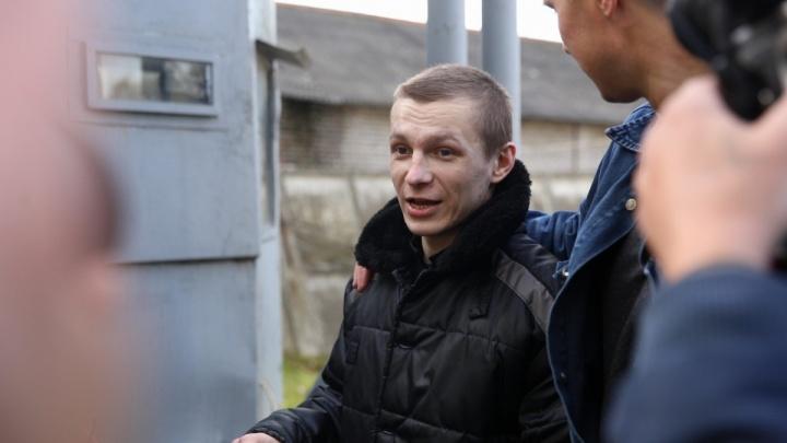 «Это рабская зона!» Жертва пыток в ярославской колонии вышла на свободу. Онлайн-репортаж