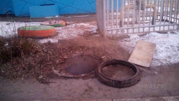 В Омске подростки спасли упавшего в колодец второклассника