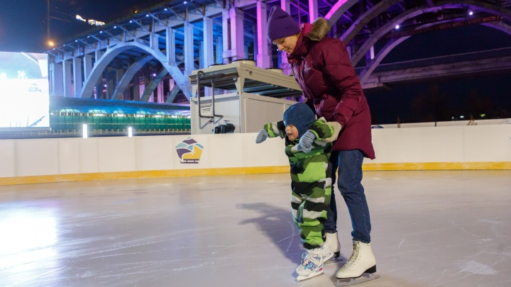 «Получился байкальский лед»: в центре Волгограда открыли самый крупный каток — «долгострой»