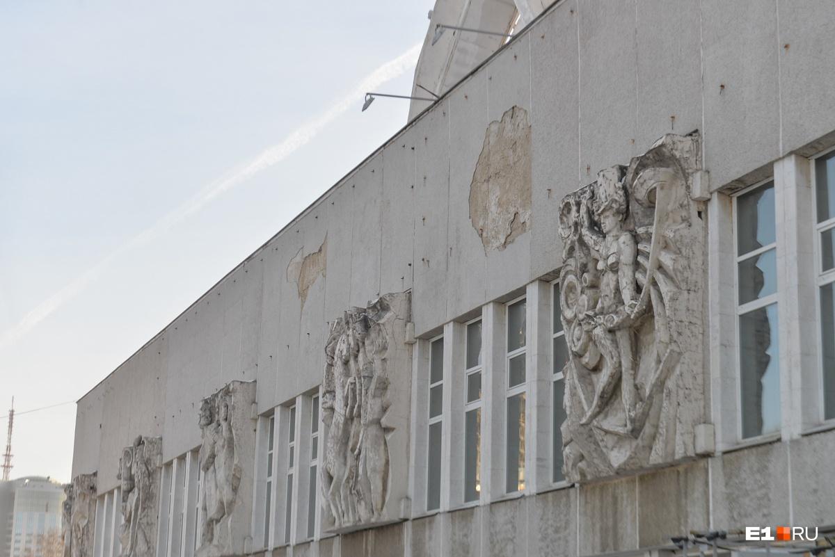Фасад цирка сильно обветшал