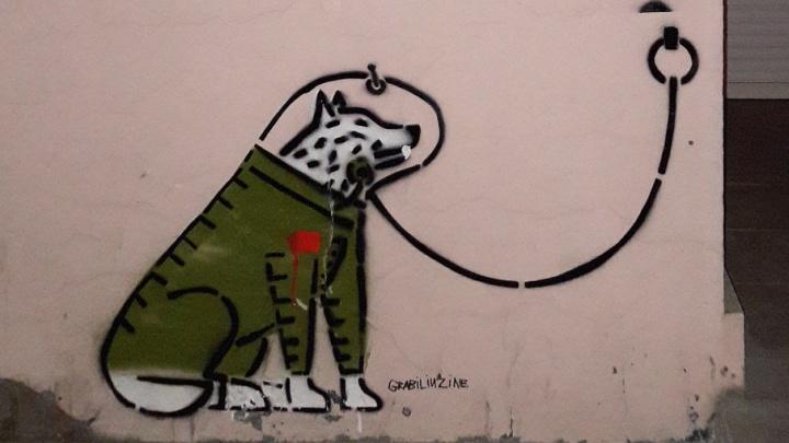 Сидит напротив граффити Гагарина: в Екатеринбурге появился арт-объект с собакой-космонавтом Белкой