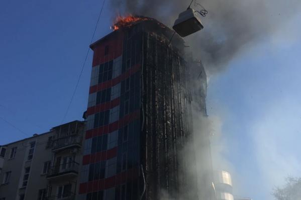 Загорелась крыша отеля, откуда пламя перекинулось дальше