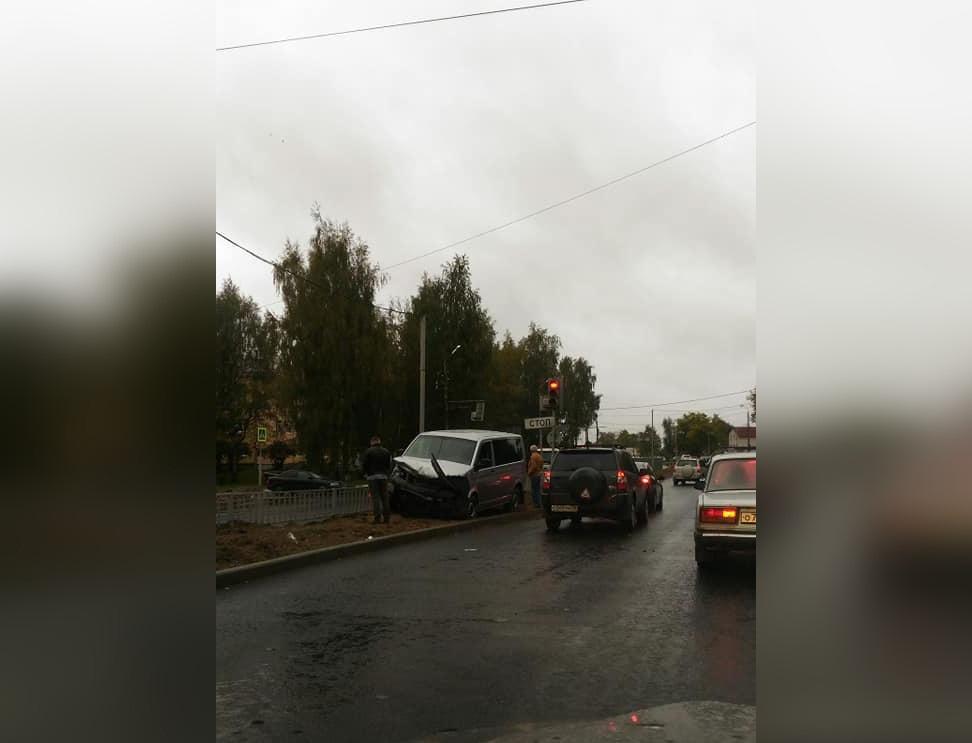 К восьми утра на дороге остался стоять только разбитый микроавтобус