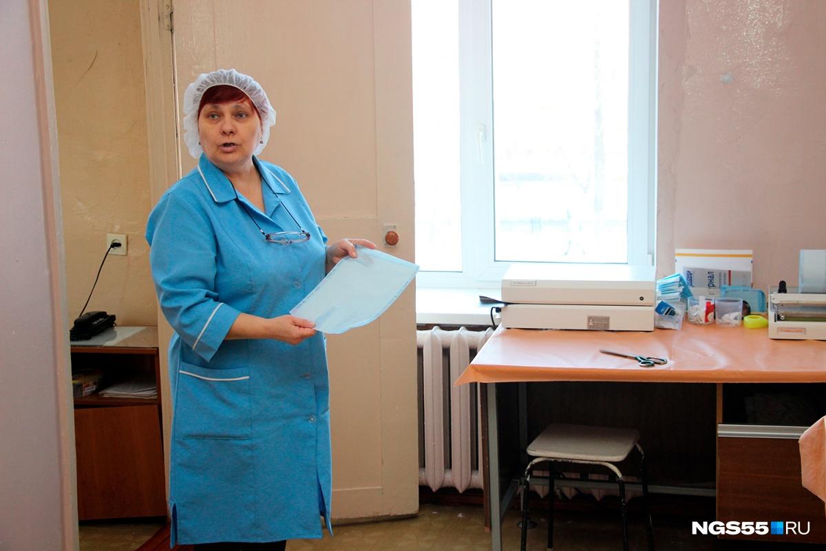 Сотрудница показывает, как работает вальцеватель