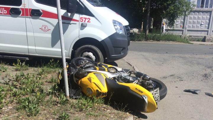 «Перелетел через крышу и врезался в столб»: в Челябинске мотоциклист протаранил Toyota Avensis