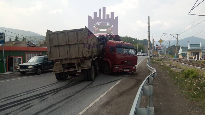 Возле поворота на Усть-Ману КАМАЗ перегородил дорогу. На трассе собирается пробка