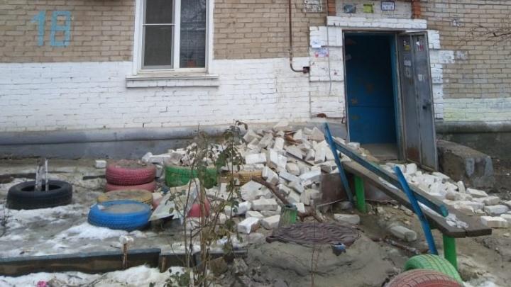 «Кирпичи валятся на головы людям»: на юге Волгограда обвалилась стена двухэтажки